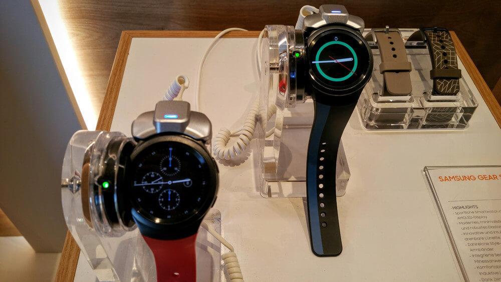 Samsung Gear S2 mit verschiedenen Watchfaces